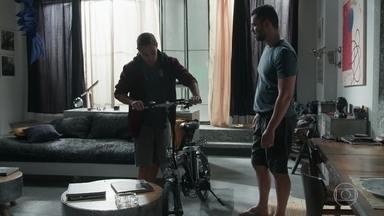Rafael presenteia Márcio por seu bom comportamento - Márcio agradece pela bicicleta que ganhou de surpresa do pai