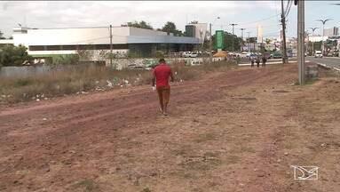 Pedestres sofrem para andar em calçadas em São Luís - Em uma das áreas com o metro quadrado mais caro da cidade falta construção e manutenção das calçadas.