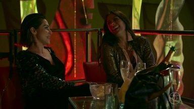 Betina se irrita com a troca de elogios entre Zelda e Marocas - Ela pede que o garçom traga um suco batizado para oferecer à rival