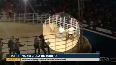 Touro atinge a primeira-dama de Mamborê - Foi durante a abertura de um rodeio.