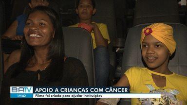 Filme internacional ajuda instituição de crianças com câncer em Salvador - Eles foram participar de uma seção especial com a exibição do longa metragem em um cinema da capital baiana.