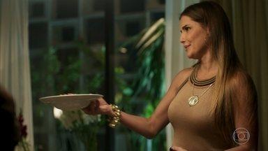 Karola faz um jantar para Beto e Valentim - A golpista insiste para que o cantor volte a morar com ela