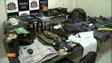 Polícia prende homens suspeitos de extorquir traficantes com fardas da PM em SP - Os dois homens usavam fardas oficiais dos policiais e ameaçavam os bandidos exigindo dinheiro e drogas.