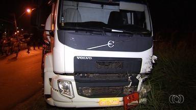 Homem morre em acidente no Jardim Novo Mundo, em Goiânia - Acidente envolveu dois caminhões e um carro.