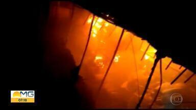 Incêndio destrói parte de loja de peças de carros na Região Noroeste de Belo Horizonte - Por causa do forte calor, três casas precisaram ser interditadas pela Defesa Civil.