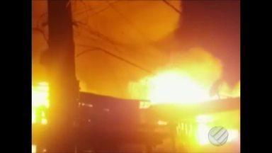 Mais de 70 pessoas ficaram desabrigadas após incêndio na Vila da Barca - As chamas consumiram vinte imóveis de madeira.