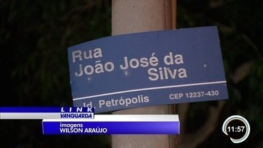 Insegurança muda rotina de moradores na zona sul de São José - Depois de tantos assaltos, eles têm medo até de abrir o portão de casa.
