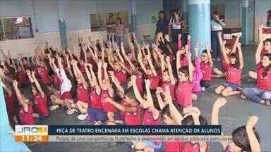 Peça de teatro encenada em escolas chama atenção de alunos - Projeto de uma companhia de porto velho é desenvolvido em escolas públicas e particulares.