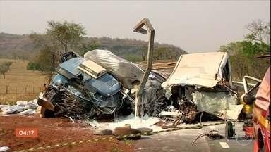 Acidente com van escolar e caminhão deixa cinco mortos em MG - Um acidente entre uma van escolar e um caminhão matou cinco pessoas numa rodovia, perto da cidade de Prata, em Minas Gerais. Entre as vítimas estão dois adolescentes e uma criança.