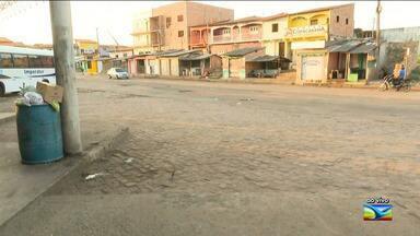 Passageiros e trabalhadores denunciam falta de lixeiras em rodoviária em Santa Inês - Além de apenas três lixeiras que existem em todo terminal no município, o local ainda está cheio de buracos e banheiro está com mau cheiro.