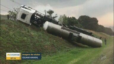 Caminhão-tanque tomba em barranco e deixa um ferido na Rodovia Bandeirantes , em Campinas - Motorista teve ferimentos leves. Veículo ainda não foi retirado do local.