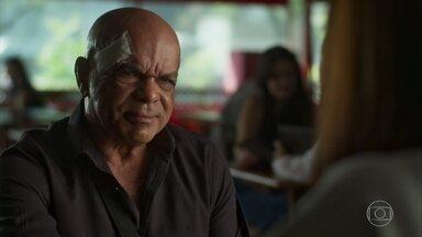 Galdino entrega crimes de Laureta - Além de assassinatos, Luzia e Roberval descobrem que a cafetina está envolvida com o tráfico de drogas