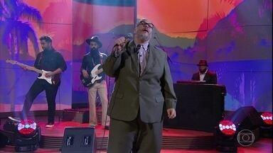 """Ed Motta canta """"Colombina"""" - Cantor abre o programa com música dele em parceria com Rita Lee"""