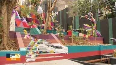 Bailarinas de Paraisópolis inspiram nova obra de Eduardo Kobra em Pinheiros - O grafiteiro desenhou dançarinas nos degraus e nos muros. Entre elas, estão três meninas do Balé Paraisópolis.
