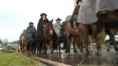 Mesmo com chuva, Caxias do Sul celebra as tradições gaúchas no Acampamento Farroupilha - Assista ao vídeo.