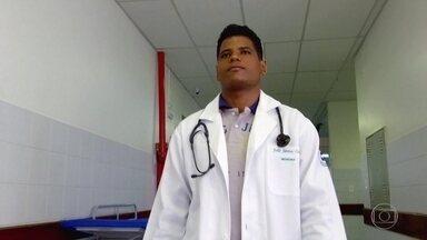 Médico conta em carta emocionante desafio que enfrentou para se formar - Para a família de João Santos Costa, vê-lo se formar tem um significado a mais. Analfabetos, seus pais fizeram de tudo para que os 11 filhos pudessem estudar.