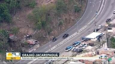Polícia Militar faz operação no Complexo do Lins - Agentes da UPP fazem uma operação na comunidade. O tráfego na Grajaú-Jacarepaguá está liberado nos dois sentidos.
