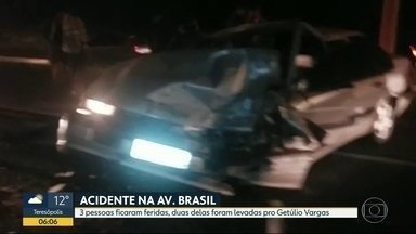 Três pessoas ficam feridas em acidente na Av. Brasil - Dois carros bateram em uma mureta, na altura de Ramos.
