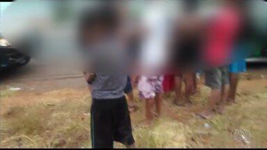 Carro é flagrado transportando 17 pessoas na BR-040, em Goiás - Crianças eram levadas no porta-malas do veículo.