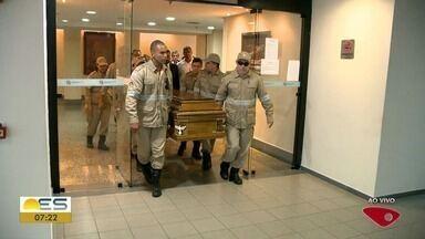 Corpo de ex-governador Albuíno Azeredo segue sai da Assembleia para velório em igreja - Velório e sepultamento acontecem nesta segunda-feira (17).