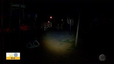 Crianças brincam no escuro em parque de Adamantina - Espaço foi feito há três anos e não recebeu postes.