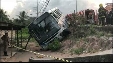 Ônibus com passageiros tomba, em João Pessoa, mas não deixa feridos - Veículo transportava 12 funcionários de uma empresa de material esportivo.