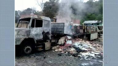 Carreta pega fogo no bairro Corrêas, em Petrópolis, no RJ - Assista a seguir.