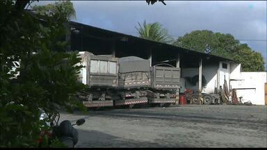 Incêndio atinge galpão com caminhões, em Bayeux, na Paraíba - Não houve feridos. Quatro caminhões foram danificados pelas chamas.