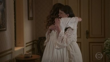 Ema e Elisabeta contam uma para a outra que estão grávidas - Elas mal podem acreditar que serão mães e tias e comadres de uma só vez