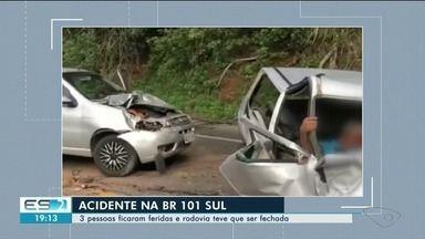 Acidente com carro da PM e outros dois veículos deixa feridos na BR-101, no ES - Batida aconteceu por volta das 8h desta segunda-feira (17), no km 386 da rodovia, em Rio Novo do Sul. Segundo a Polícia Rodoviária Federal (PRF), pista está completamente interditada.