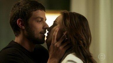 Rosa e Ícaro se amam durante festa na casa de Laureta - Dominick fica impressionado com surpresa preparada pela cafetina