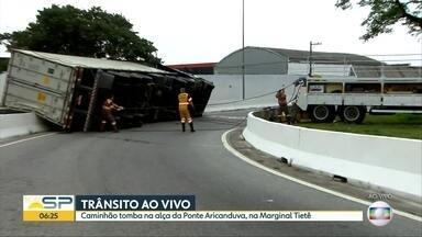 Caminhão tomba na Ponte Aricanduva, na Zona Leste de SP - Veículo virou na alça de acesso à ponte.