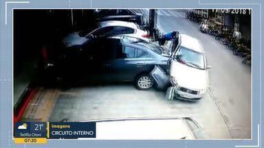 Vídeo mostra atropelamento após homem ter convulsão ao volante - Acidente aconteceu em Contagem, na Grande BH. Dois motoboys ficaram feridos.