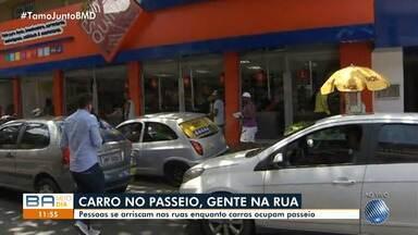 Carros ocupam passeio e moradores se arriscam na pista em São Marcos - Com os carros no passeio, o trânsito fica complicado no local; veja.