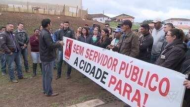 Funcionários públicos de Apiaí fazem manifestação por salários atrasados - Há servidores que estão com dois meses de salários atrasados.