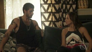 Laureta flagra Ícaro e Rosa juntos - A irmã de Maura se sente culpada por trair Valentim, mas não consegue resistir aos encantos do ex