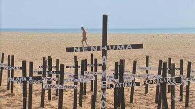 Cruzes são colocadas na areia para simbolizar mulheres assassinadas, na Praia de Iracema - Saiba mais em g1.com.br/ce