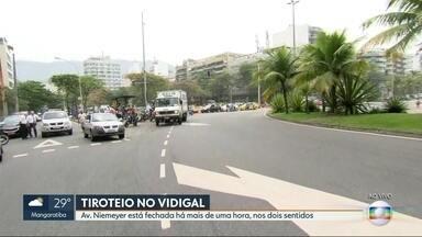 Troca de tiros entre PMs e bandidos fecha a Av. Niemeyer - O bloqueio foi feito por conta de uma operação policial realizada no Morro do Vidigal. A Polícia informou que houve troca de tiros com bandidos.