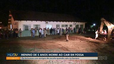 Menino de 5 anos sai para brincar depois de aula e morre após cair em fossa - Incidente ocorreu nesta quarta-feira (19), em Ângulo, no norte do Paraná; PM disse que a fossa estava fechada, mas a terra ao lado cedeu.