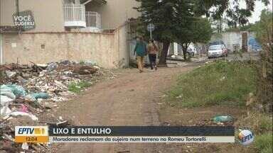 Moradores reclamam de lixo em terreno de bairro em São Carlos - Descarte irregular de entulho faz parte do cenário do bairro Romeu Tortorelli.