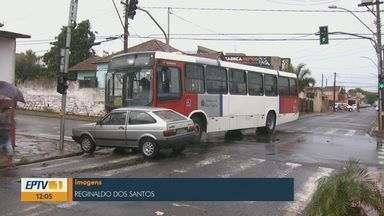 Carro avança no sinal vermelho e é atingido por ônibus da Suzantur em São Carlos - Veículo foi arrastado e casal ficou ferido.