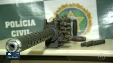 A polícia apreendeu uma metralhadora ponto 50 - Duas pessoas foram presas em flagrante. A arma é capaz de disparar até 600 tiros por minuto.