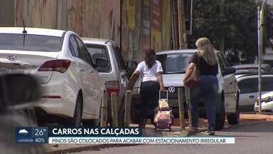 Pinos são instalados nas calçadas para evitar que elas virem estacionamento - A medida não tem autorização da administração regional de Taguatinga. O Detran diz que fiscaliza os motoristas que param em local irregular.
