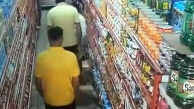 Comerciante de Itaquaquecetuba é flagrado agredindo idosa que escondeu pacote de bolachas - O caso é investigado pela Polícia Civil.