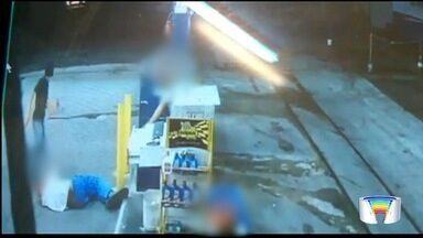 Assaltante pisa na cabeça de frentistas em roubo a posto - Assalto foi na noite de quarta (19) em um posto de combustível no Cidade Nova, em Pindamonhangaba (SP).