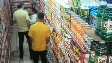 Dono de supermercado aparece em imagem agredindo idosa que escondeu pacote de bolacha - O caso aconteceu em Itaquaquecetuba.