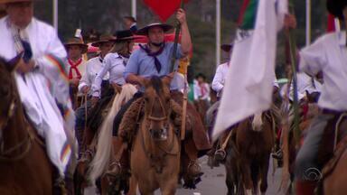 No Dia do Gaúcho, 20 mil pessoas acompanham Desfile Farroupilha em Porto Alegre - Assista ao vídeo.