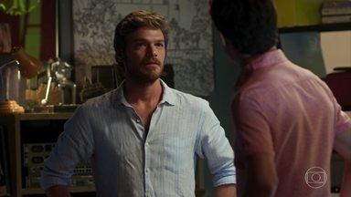 Beto descobre que Karola trabalhava para Laureta na juventude - Valentim implora para o pai se afastar de Luzia e acaba deixando escapar o que sabe sobre o passado da golpista