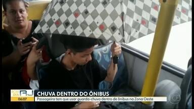 Passageira usa guarda-chuva dentro de ônibus na Zona Oeste do Rio - Um vídeo mostra a passageira usando o guarda-chuva dentro do ônibus da Linha 770 - Coelho Neto X Campo Grande, para se proteger de um vazamento no ar-condicionado.