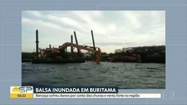 Ventos fortes e chuvas inundam balsa no Rio Tietê, no interior de SP - Embarcação era usada em obra de canal do Tietê. Ninguém se feriu.